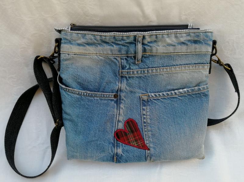 - UNIKAT: Upcycled Jeanstasche mit ♥ und reflektierender Rückseite - UNIKAT: Upcycled Jeanstasche mit ♥ und reflektierender Rückseite
