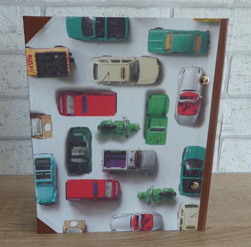 Kleinesbild - Handgefertigtes Ringbuch für DIN A5 aus Pappe, Papier und Buchleinen - Motiv: Autos