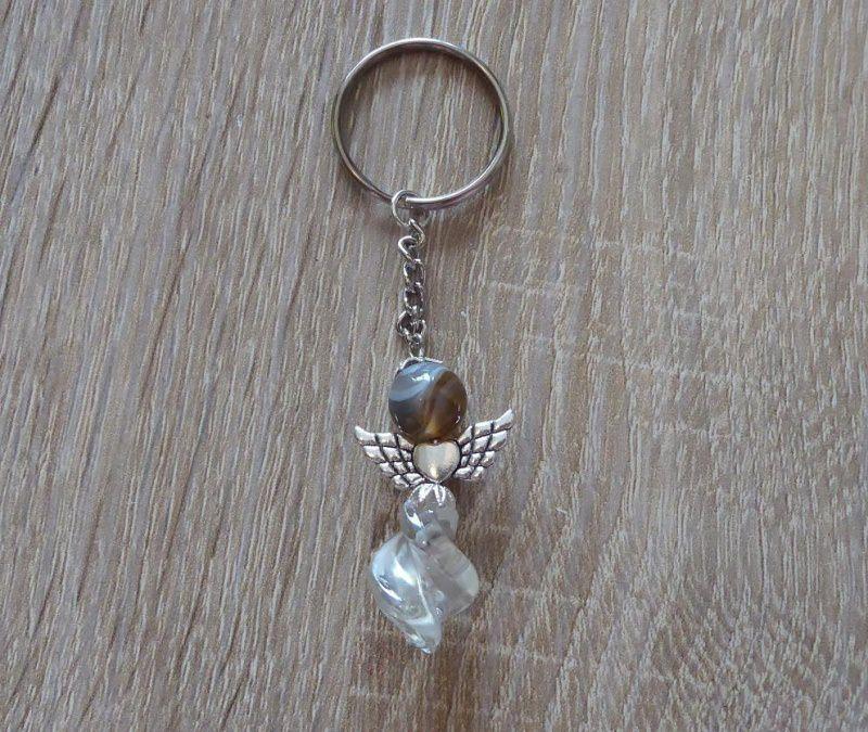 - Handgefertigter Schlüsselanhänger mit Metallflügeln - Engel  - grau-farblos - Handgefertigter Schlüsselanhänger mit Metallflügeln - Engel  - grau-farblos