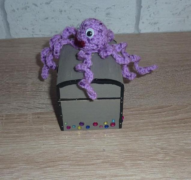 Kleinesbild - Geschenkverpackung Holz-Schatztruhe mit gehäkelter Krake