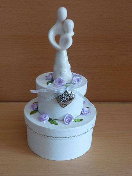 - Geldgeschenkverpackung zweistöckige Torte mit Brautpaar und Verzierungen weiß-lila - Geldgeschenkverpackung zweistöckige Torte mit Brautpaar und Verzierungen weiß-lila