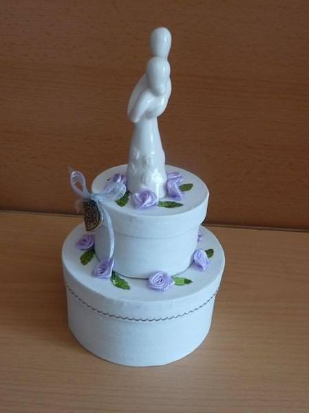 Kleinesbild - Geldgeschenkverpackung zweistöckige Torte mit Brautpaar und Verzierungen weiß-lila