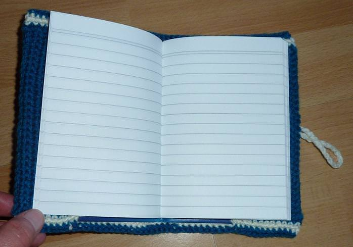 Kleinesbild - Umhäkeltes Notizbuch mit Stoffblume (türkis-wollweis)