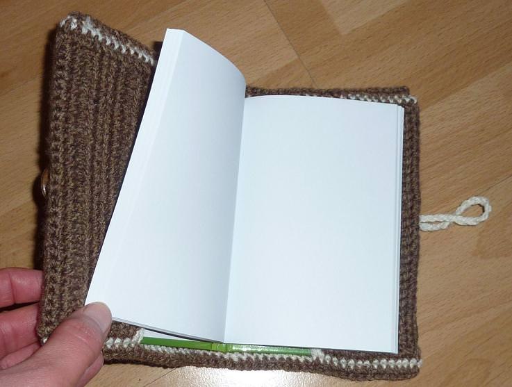 Kleinesbild - Umhäkeltes Notizbuch mit Herzen - braun-wollweiß