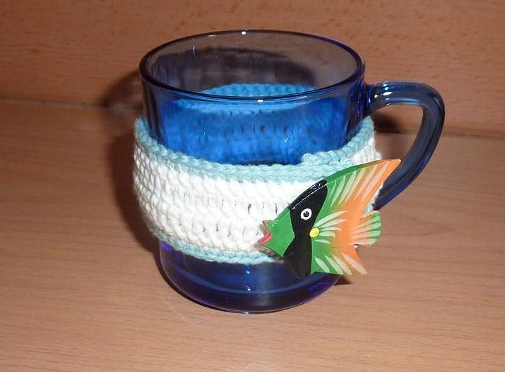 Kleinesbild - Zwei umhäkelte Teetassen - blau-weiß mit Fisch - bunt