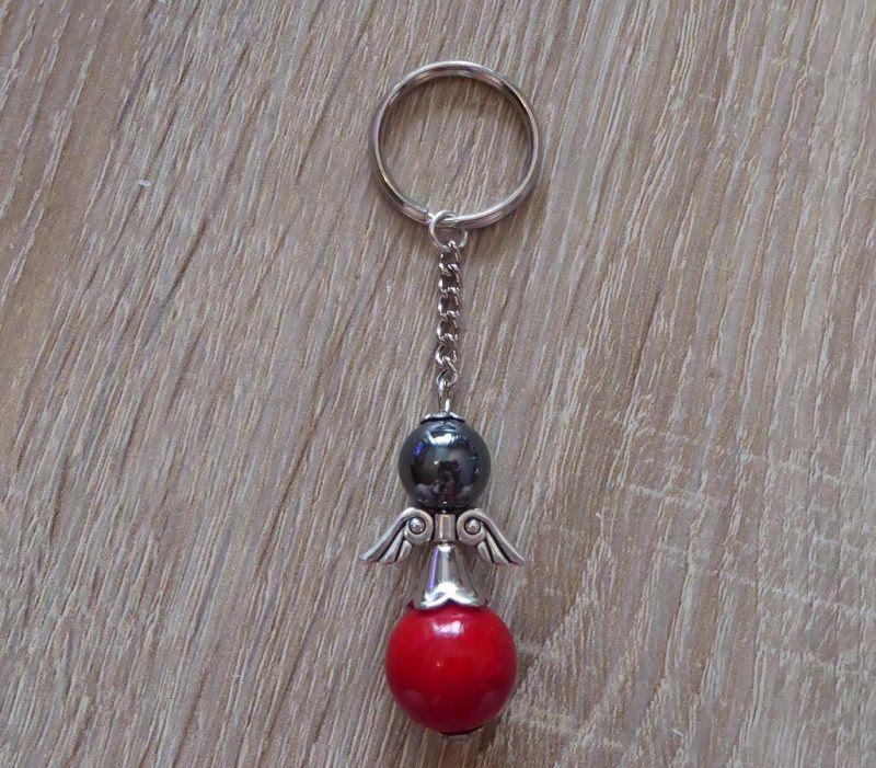 - Handgefertigter Schlüsselanhänger mit Metallflügeln - Engel  - schwarz-rot - Handgefertigter Schlüsselanhänger mit Metallflügeln - Engel  - schwarz-rot
