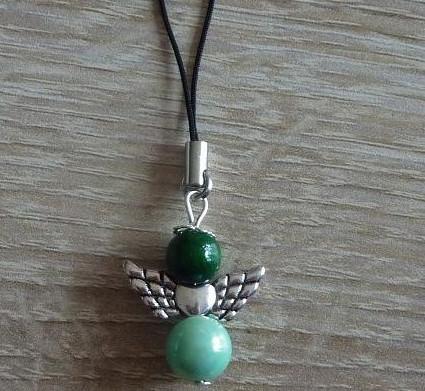 - Handgefertigter Handyanhänger mit Metallflügeln - Engel - grün - Handgefertigter Handyanhänger mit Metallflügeln - Engel - grün