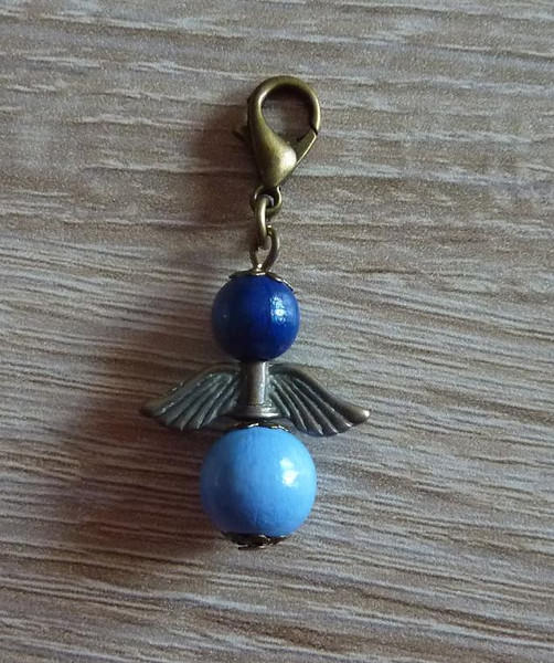 - Handgefertigter Anhänger mit Metallflügeln - Engel  - blau - Handgefertigter Anhänger mit Metallflügeln - Engel  - blau