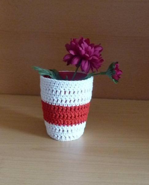 Kleinesbild - Stiftebecher - Blumenvase  umhäkelt rot-weiß
