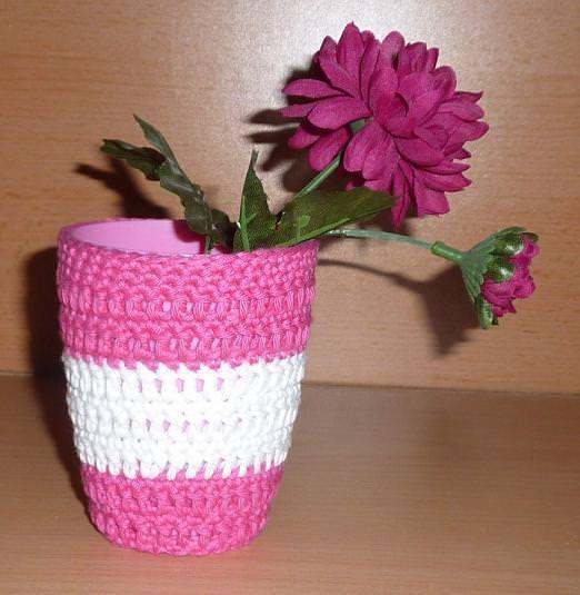 - Stiftebecher - Blumenvase  umhäkelt pink-weiß - Stiftebecher - Blumenvase  umhäkelt pink-weiß