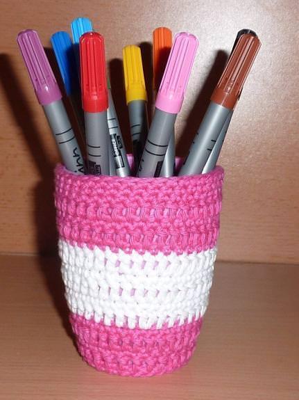 Kleinesbild - Stiftebecher - Blumenvase  umhäkelt pink-weiß