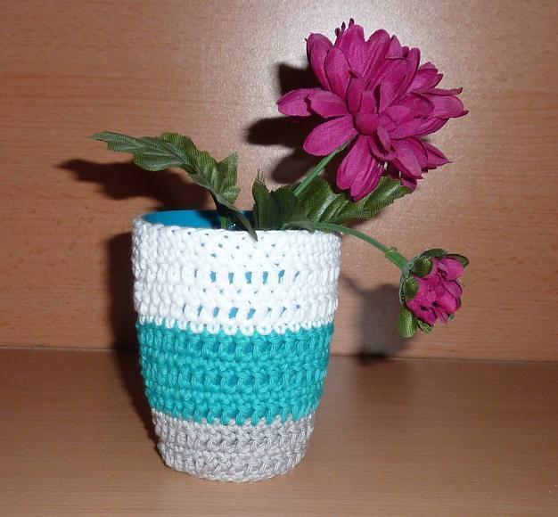 Wohnen : Stiftebecher - Blumenvase umhäkelt weiß-türkis-grau