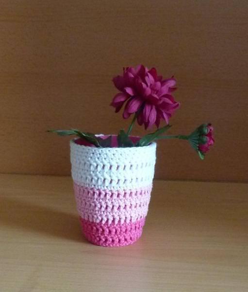 Wohnen : Stiftebecher - Blumenvase umhäkelt weiß-rosa-pink