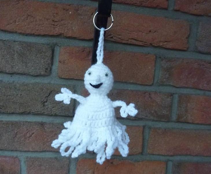 - gehäkelter Taschenanhänger - Gespenst mit Kulleraugen - weiß - gehäkelter Taschenanhänger - Gespenst mit Kulleraugen - weiß