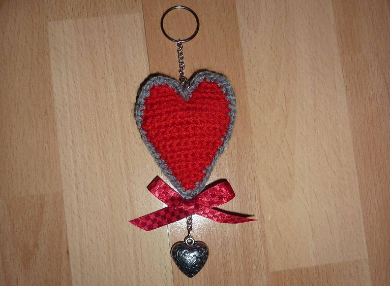 - gehäkelter Taschenanhänger - Herz - rot-grau - gehäkelter Taschenanhänger - Herz - rot-grau
