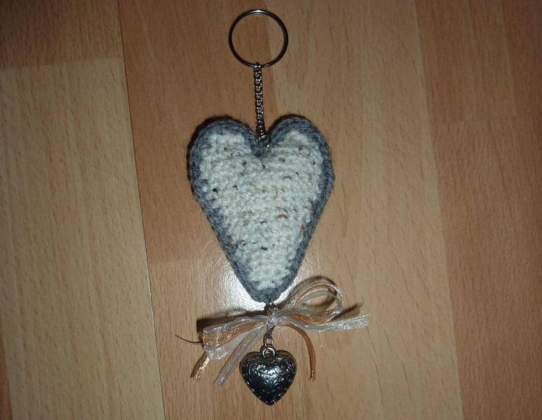 - gehäkelter Taschenanhänger - Herz - hellbeige-grau - gehäkelter Taschenanhänger - Herz - hellbeige-grau