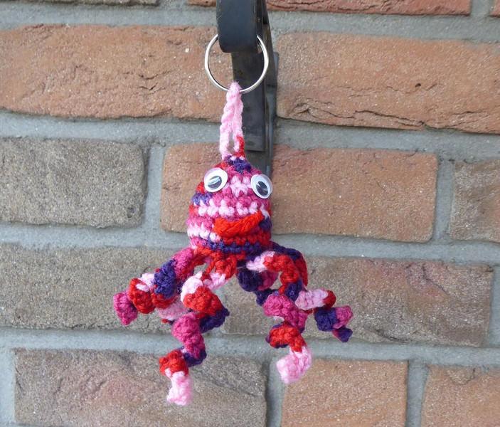- gehäkelter Taschenanhänger - Krake - rosa-pink-lila-rot - gehäkelter Taschenanhänger - Krake - rosa-pink-lila-rot
