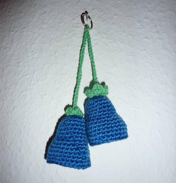 - gehäkelter Taschenanhänger - Glockenblume - blau-grün - gehäkelter Taschenanhänger - Glockenblume - blau-grün