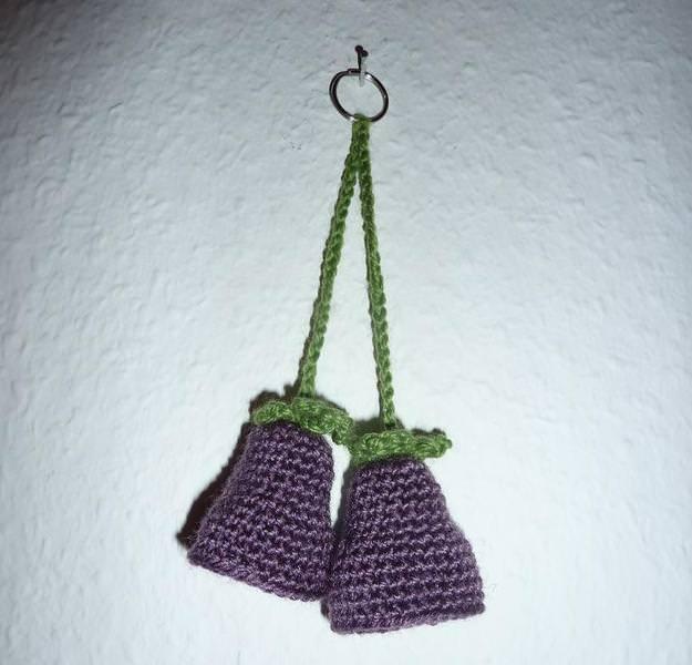 - gehäkelter Taschenanhänger - Glockenblume - lila - gehäkelter Taschenanhänger - Glockenblume - lila