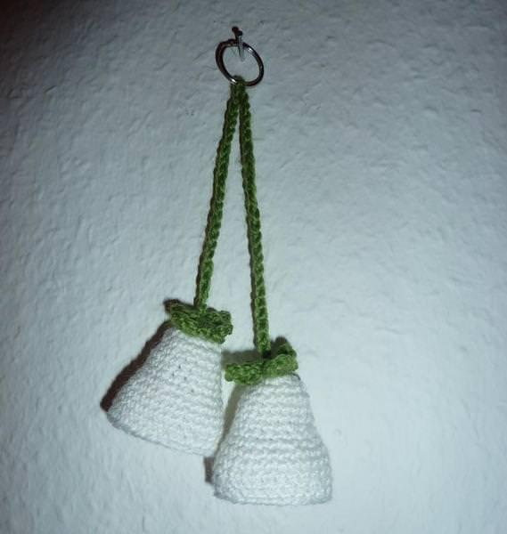 - gehäkelter Taschenanhänger - Glockenblume - weiß - gehäkelter Taschenanhänger - Glockenblume - weiß