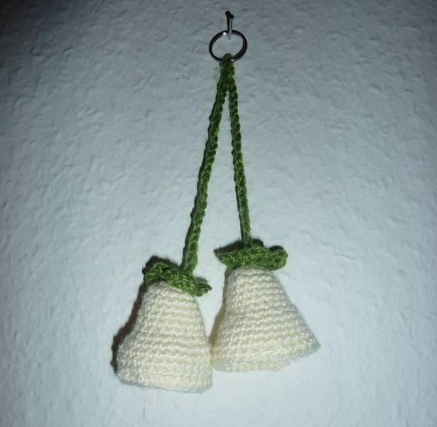 - gehäkelter Taschenanhänger - Glockenblume - wollweiß - gehäkelter Taschenanhänger - Glockenblume - wollweiß