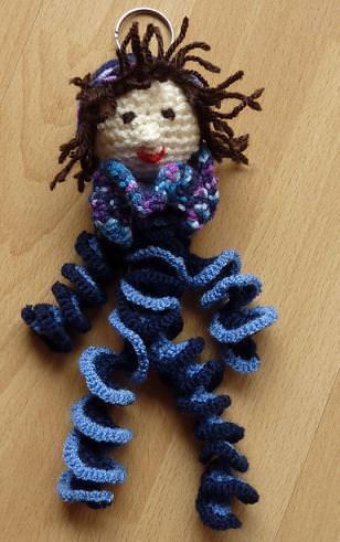 Kleinesbild - gehäkelter Taschenanhänger - Hampelmann - blau