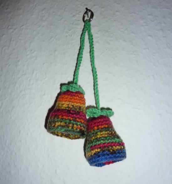 - gehäkelter Taschenanhänger - Glockenblume - bunt - gehäkelter Taschenanhänger - Glockenblume - bunt