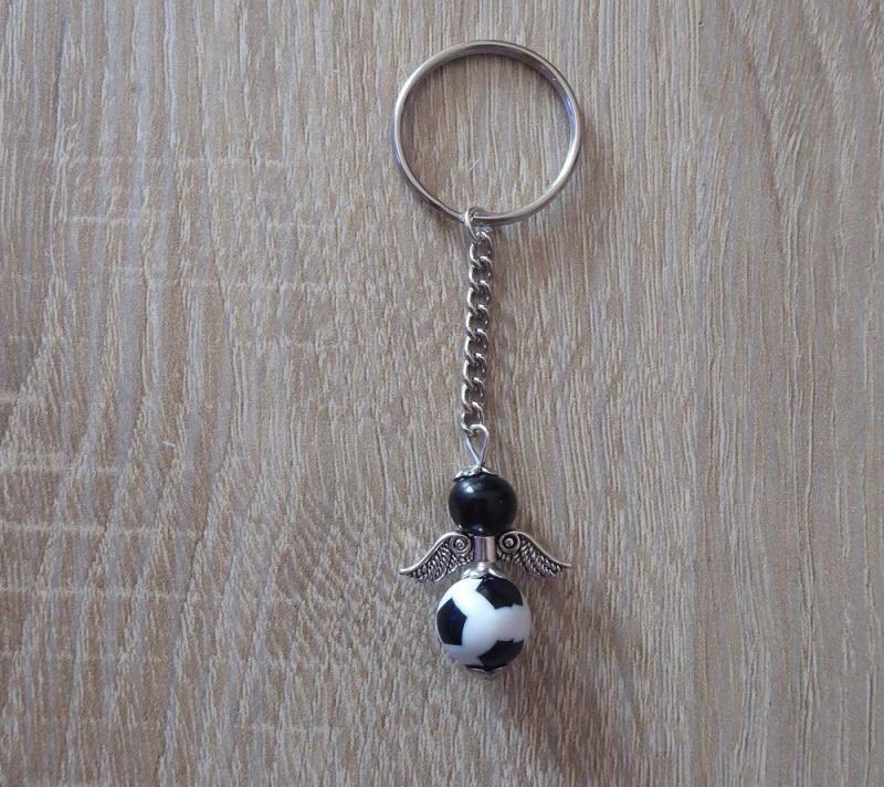 Kleinesbild - Handgefertigter Schlüsselanhänger mit Metallflügeln - Fußball