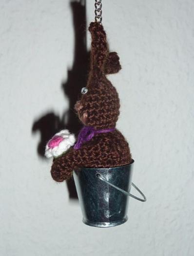 Kleinesbild - gehäkelter Taschenanhänger - Hase im Eimer