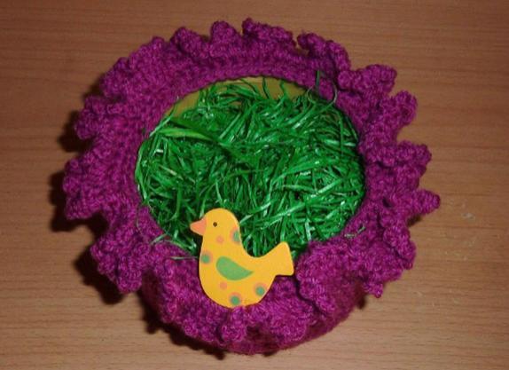 Kleinesbild - umhäkeltes Osterkörbchen mit Holzvogel - pink
