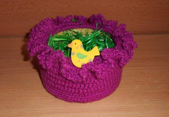 - umhäkeltes Osterkörbchen mit Holzvogel - pink - umhäkeltes Osterkörbchen mit Holzvogel - pink