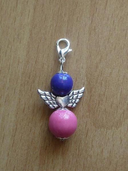 - Handgefertigter Anhänger mit Metallflügeln - Engel  - lila-rosa - Handgefertigter Anhänger mit Metallflügeln - Engel  - lila-rosa