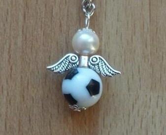 - Handgefertigter Schlüsselanhänger mit Metallflügeln - Fußball - Handgefertigter Schlüsselanhänger mit Metallflügeln - Fußball