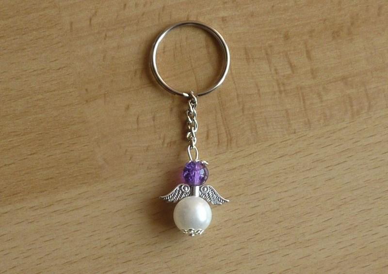 Kleinesbild - Handgefertigter Schlüsselanhänger mit Metallflügeln - lila-weiß
