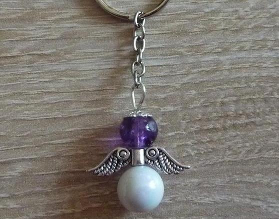 - Handgefertigter Schlüsselanhänger mit Metallflügeln - lila-weiß - Handgefertigter Schlüsselanhänger mit Metallflügeln - lila-weiß
