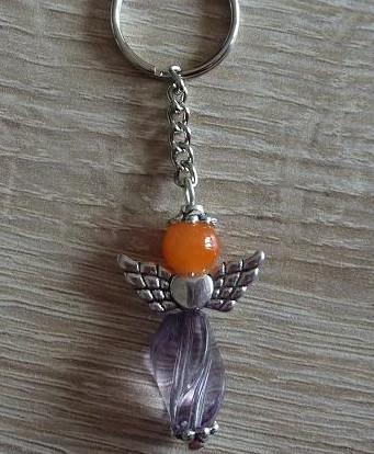 - Handgefertigter Schlüsselanhänger mit Metallflügeln - orange-grau - Handgefertigter Schlüsselanhänger mit Metallflügeln - orange-grau