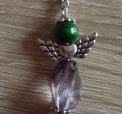 - Handgefertigter Schlüsselanhänger mit Metallflügeln - grün-grau - Handgefertigter Schlüsselanhänger mit Metallflügeln - grün-grau