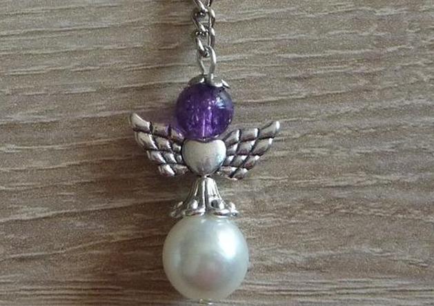 - Handgefertigter Schlüsselanhänger mit Metallflügeln - weiß-lila - Handgefertigter Schlüsselanhänger mit Metallflügeln - weiß-lila