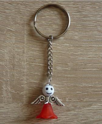 Kleinesbild - Handgefertigter Schlüsselanhänger mit Metallflügeln - weiß-rot