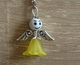 - Handgefertigter Schlüsselanhänger mit Metallflügeln - weiß-gelb - Handgefertigter Schlüsselanhänger mit Metallflügeln - weiß-gelb