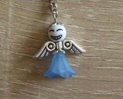 - Handgefertigter Schlüsselanhänger mit Metallflügeln - weiß-blau - Handgefertigter Schlüsselanhänger mit Metallflügeln - weiß-blau