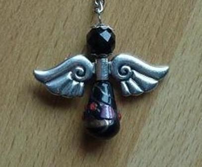 - Handgefertigter Schlüsselanhänger mit Metallflügeln - schwarz - Handgefertigter Schlüsselanhänger mit Metallflügeln - schwarz