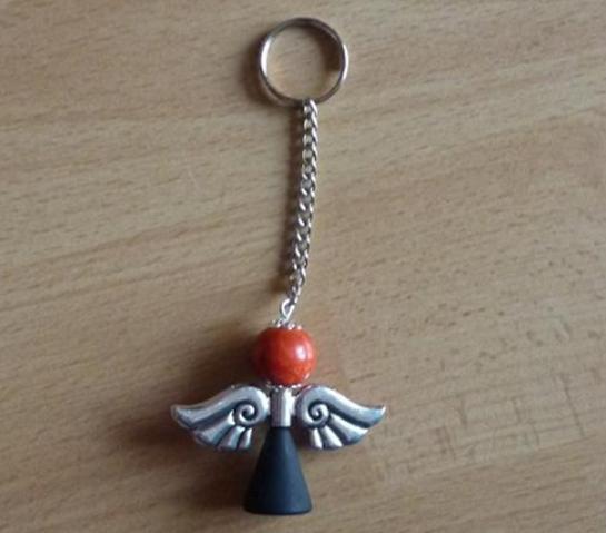 Kleinesbild - Handgefertigter Schlüsselanhänger mit Metallflügeln - schwarz-orange