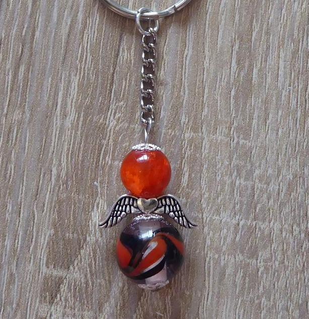 - Handgefertigter Schlüsselanhänger mit Metallflügeln - orange-schwarz - Handgefertigter Schlüsselanhänger mit Metallflügeln - orange-schwarz