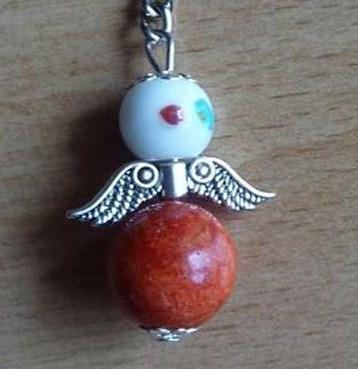 - Handgefertigter Schlüsselanhänger mit Metallflügeln - weiß-orange - Handgefertigter Schlüsselanhänger mit Metallflügeln - weiß-orange