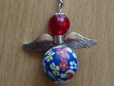 - Handgefertigter Schlüsselanhänger mit Metallflügeln - rot-blau - Handgefertigter Schlüsselanhänger mit Metallflügeln - rot-blau