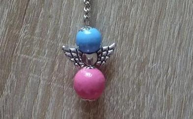 - Handgefertigter Schlüsselanhänger mit Metallflügeln - blau-rosa - Handgefertigter Schlüsselanhänger mit Metallflügeln - blau-rosa