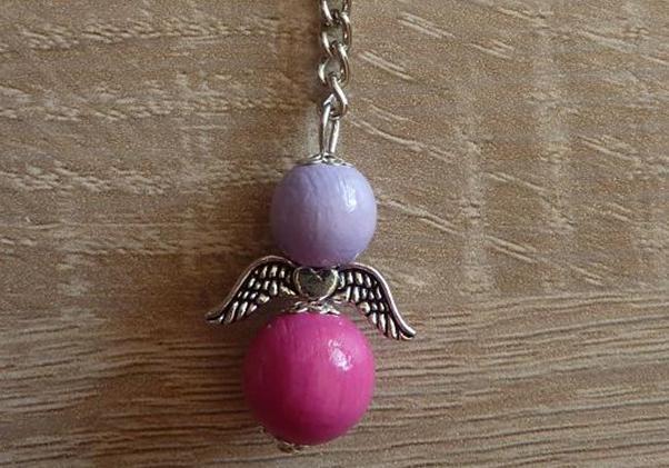 - Handgefertigter Schlüsselanhänger mit Metallflügeln - lila-pink - Handgefertigter Schlüsselanhänger mit Metallflügeln - lila-pink