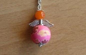 - Handgefertigter Schlüsselanhänger mit Metallflügeln - orange-pink - Handgefertigter Schlüsselanhänger mit Metallflügeln - orange-pink