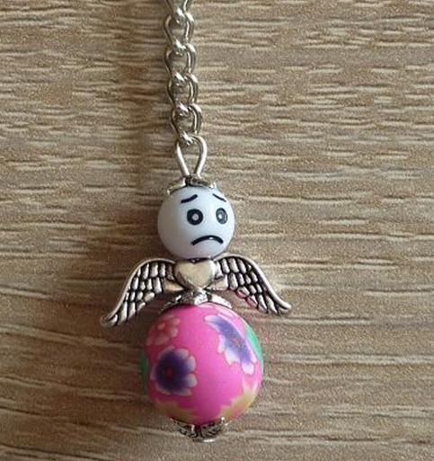 - Handgefertigter Schlüsselanhänger mit Metallflügeln - Engel  - weiß-pink - Handgefertigter Schlüsselanhänger mit Metallflügeln - Engel  - weiß-pink